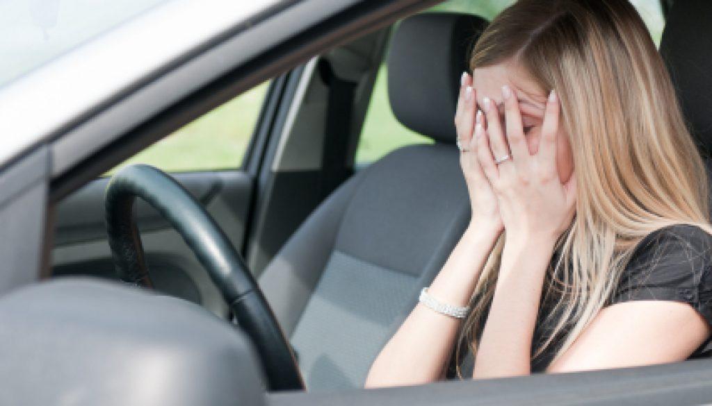žena v aute stres